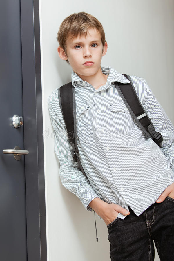 冷淡的自信的年轻男小学生 库存图片