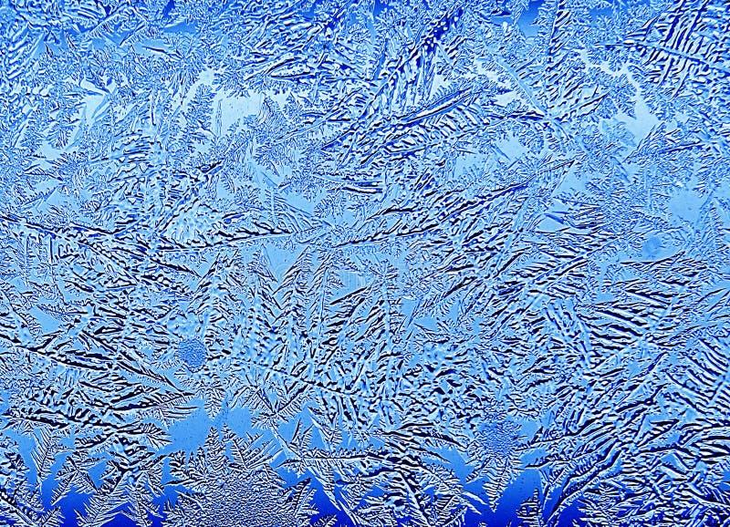 冷淡的自然模式视窗冬天 在玻璃的弗罗斯特样式 蓝色被定调子的冰样式 图库摄影