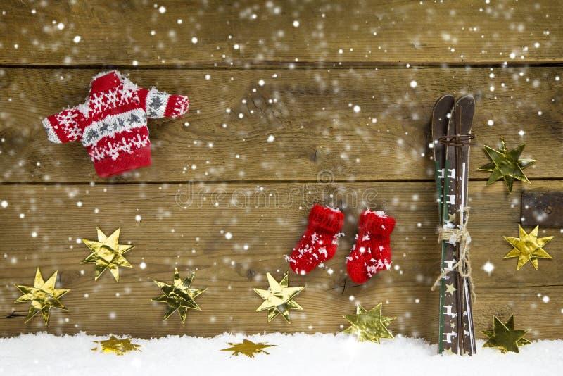 冷漠的圣诞节装饰与滑雪和冬天在woode穿衣 图库摄影