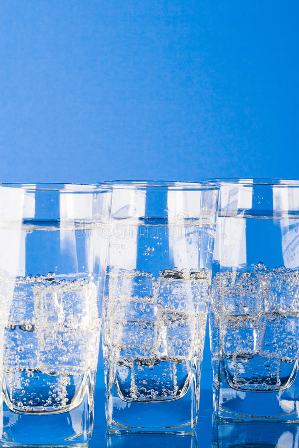 Download 冷玻璃杯水 库存照片. 图片 包括有 冻结, 特写镜头, 空白, 纯度, 蓝色, 生气勃勃, 多维数据集 - 15695248