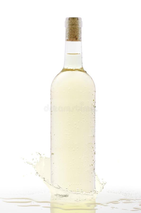 冷瓶与飞溅的白葡萄酒 免版税图库摄影
