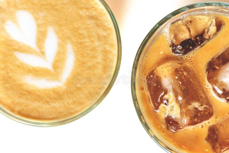 冷的冰拿铁和咖啡与拿铁艺术在一块玻璃在白色背景 库存图片