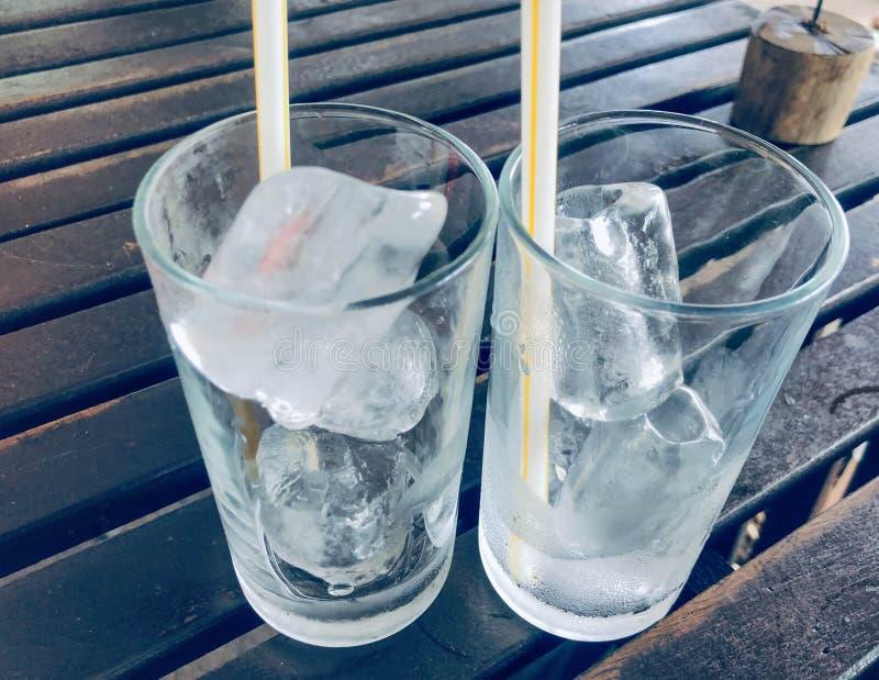 冷的冰,清楚的玻璃,两块玻璃 免版税库存照片
