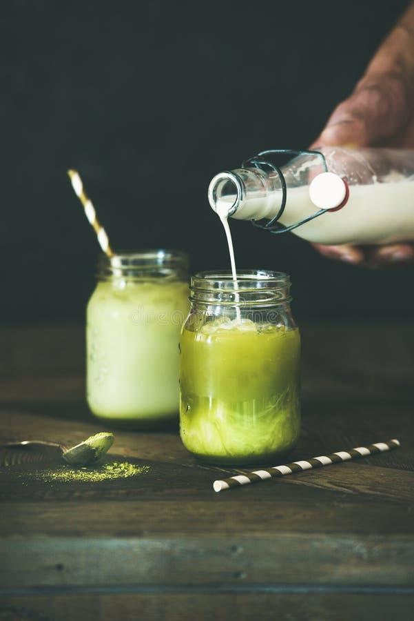冷的刷新的夏天冰了椰子matcha拿铁饮料 库存图片