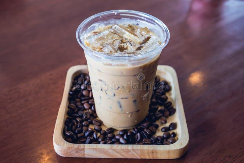 冷的咖啡饮料frappe或frappuccino在木盘子用咖啡豆 库存图片