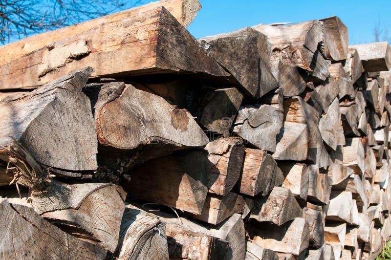冷的季节的干燥山毛榉火木头 免版税库存图片