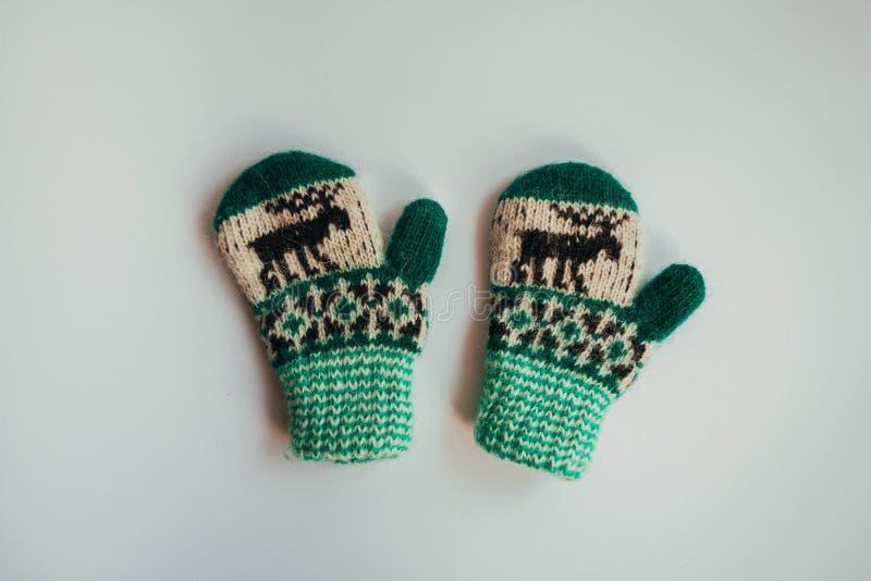 冷的季节的手工制造被编织的袜子 在视图之上 许多不同的蓝色颜色袜子 库存照片