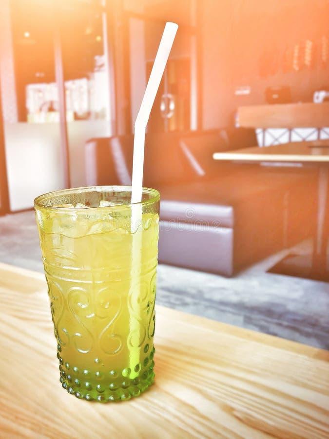 冷的柠檬香茅汁液yelow菜或果汁与秸杆在玻璃 图库摄影