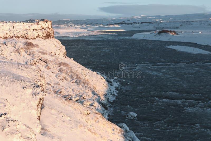 冷的河和积雪的风景惊人的看法  免版税库存图片