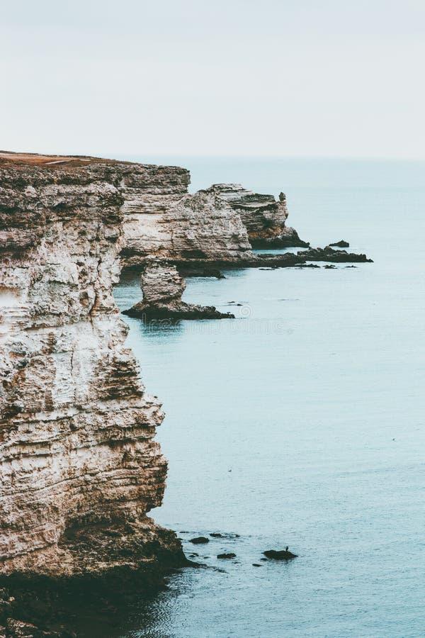 冷的海以岩石海边风景风景安静和的宁静 库存照片