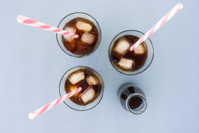冷的酿造咖啡顶视图在瓶和玻璃的 库存图片
