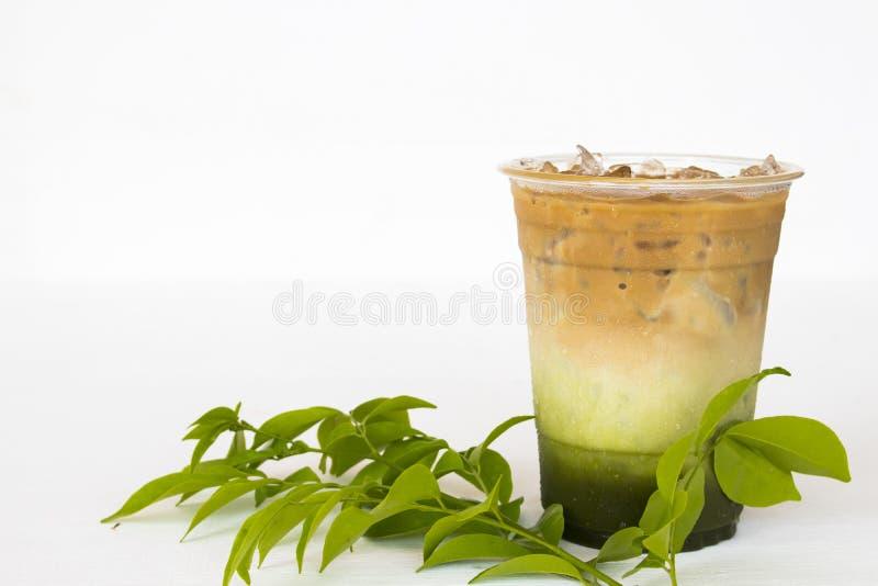 冷的饮料冰了matcha拿铁菜单咖啡混合绿茶,咖啡 免版税库存照片