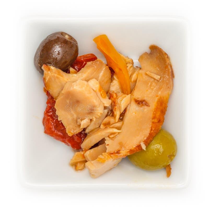 冷的鸡肉用蕃茄和橄榄在碗 库存照片