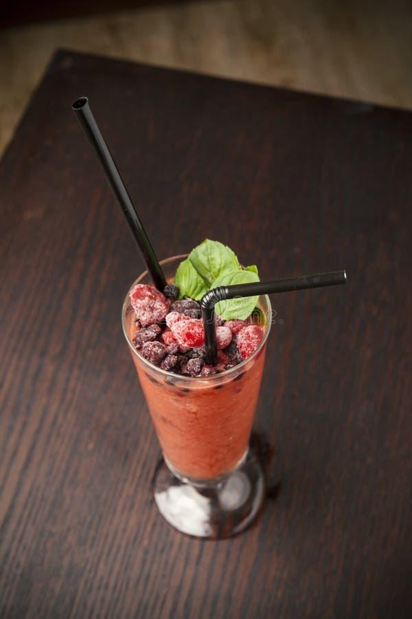冷的水果鸡尾酒用莓 库存照片