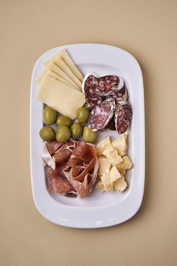 冷盘和乳酪在板材 免版税库存图片