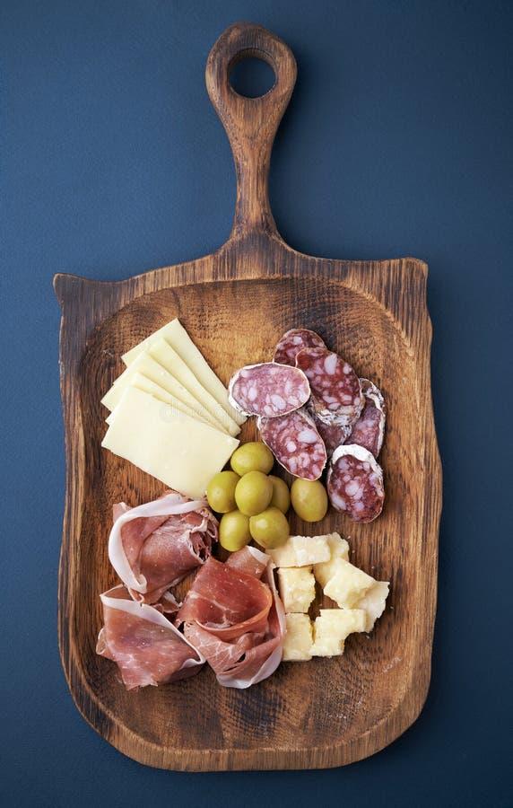 冷盘和乳酪在板材 库存照片