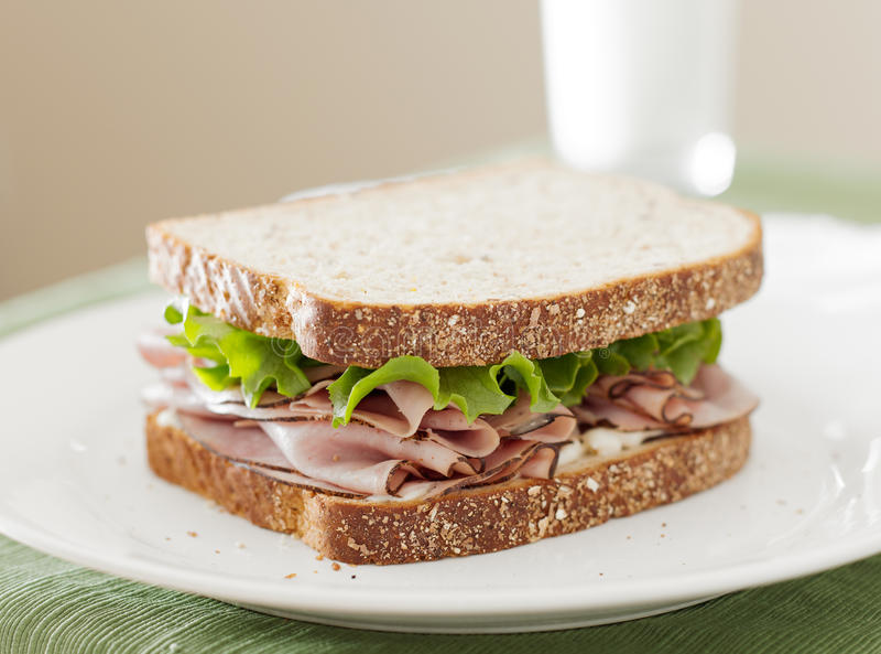 冷盘熟食店在午餐时间的肉三明治。 免版税图库摄影