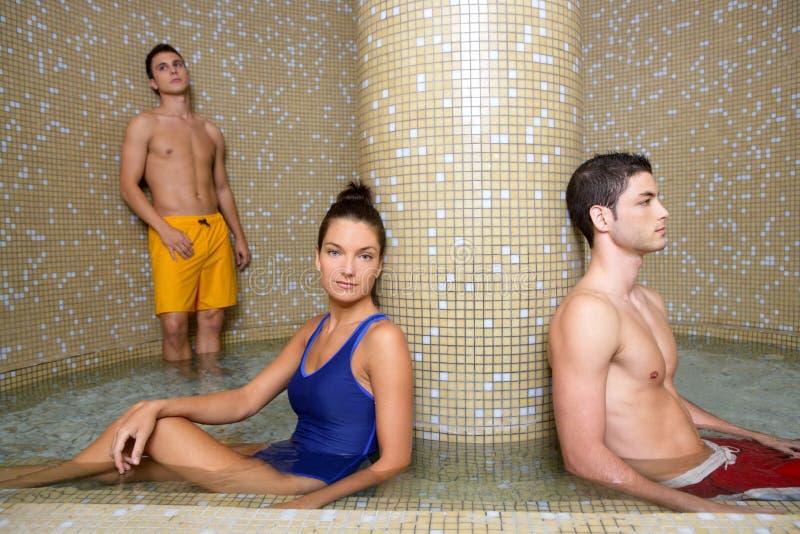 冷静夫妇池蒸汽浴温泉水年轻人 免版税库存照片