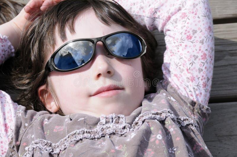 冷静女孩小的太阳镜 库存照片