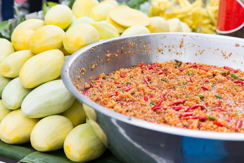 冷颤的铁锅或肉饭和芒果在街市上 免版税库存照片