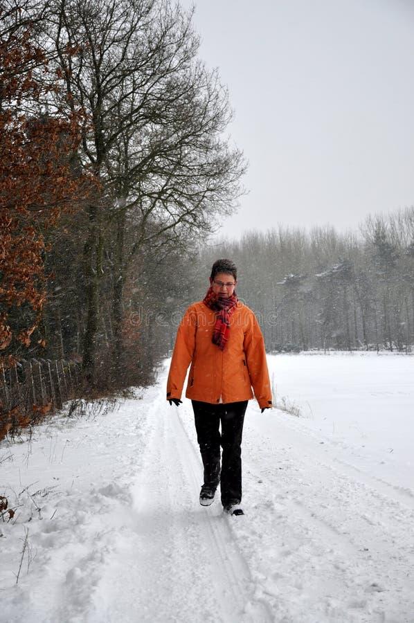 冷高级雪走的妇女 库存照片