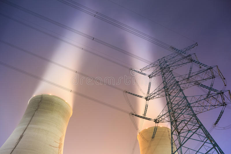 冷却塔和输电塔 免版税图库摄影