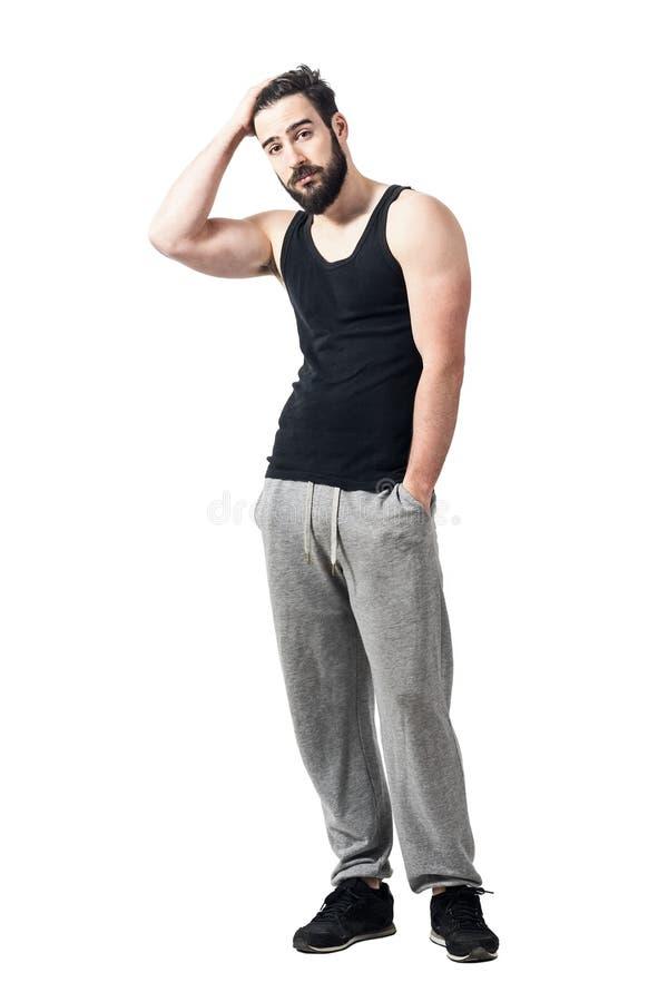 冷却黑无袖衫的轻松的运动员用运行通过头发的手 图库摄影