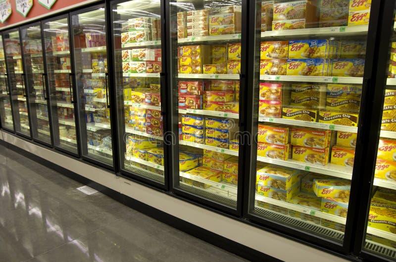 冷冻薄煎饼和奶蛋烘饼在杂货店 免版税库存照片