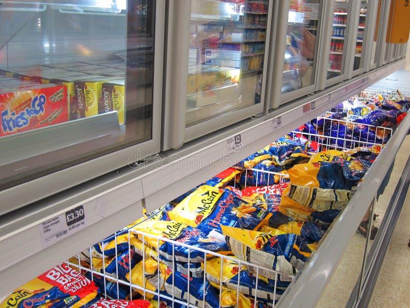冷冻食品内阁在商店。 免版税库存照片