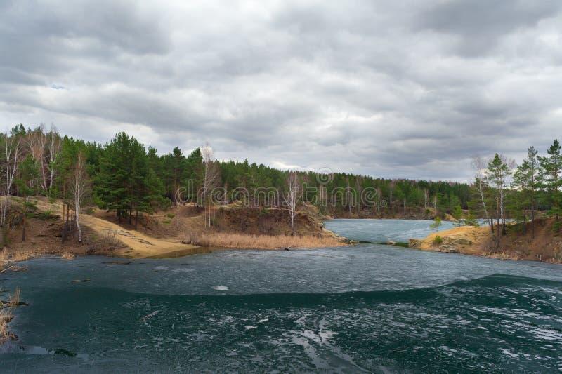 冻池塘在多云天空下 车里雅宾斯克,蓝色猎物 免版税库存图片