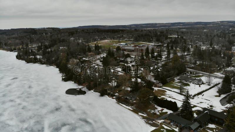 冻湖在城市 鸟瞰图 免版税库存照片