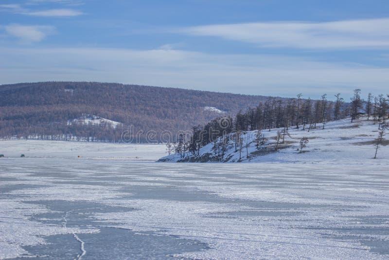 冻湖Khovsgol风景在有山脉的蒙古在蒙古 免版税库存照片