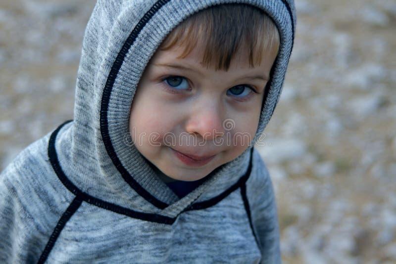 冻男孩四岁小孩佩带的有冠乌鸦户外 r 库存图片