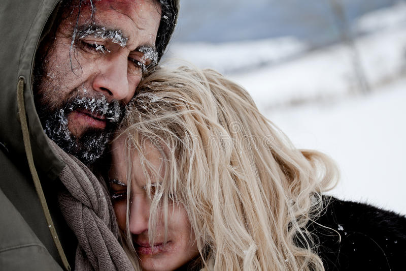冻结无家可归拥抱的夫妇 免版税库存图片
