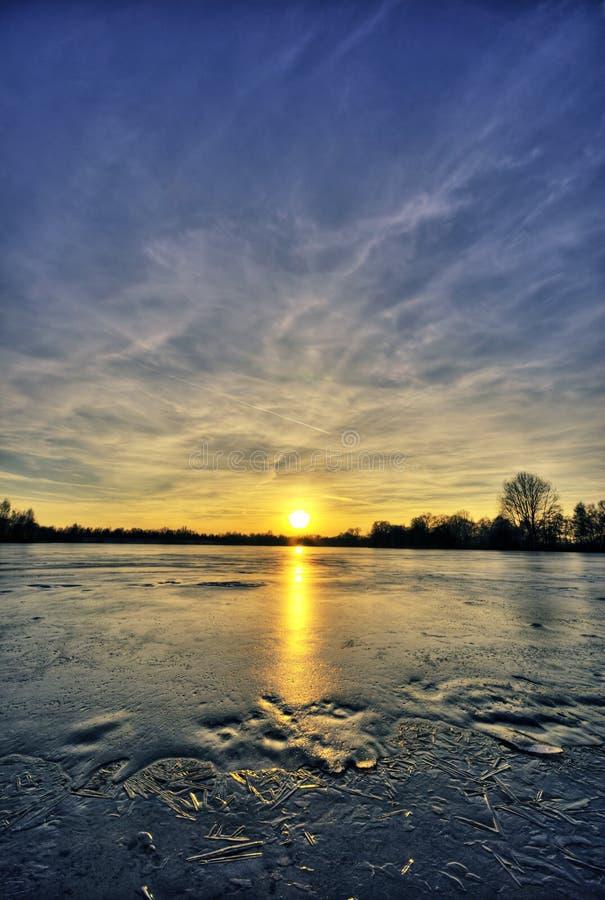 冻结的湖日落 库存图片