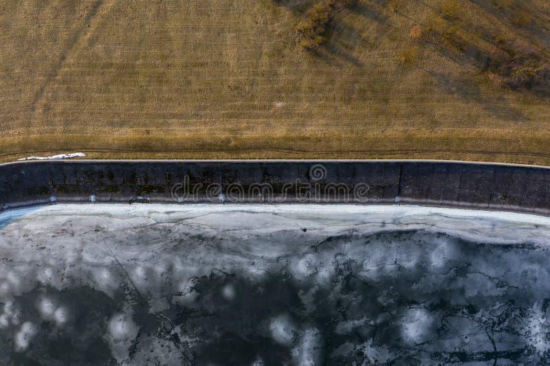 冻结的湖海岸线鸟瞰图在冬天 图库摄影