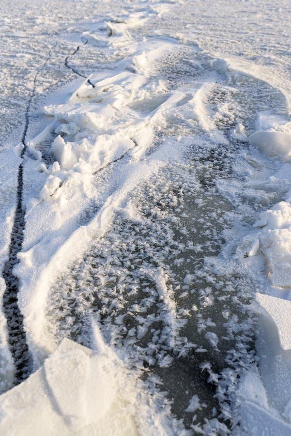 冻结的湖纹理 从被击碎的冰块的弗罗斯特装饰 免版税库存照片