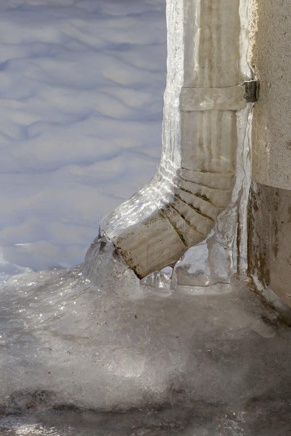 冻雨水落水管 库存照片