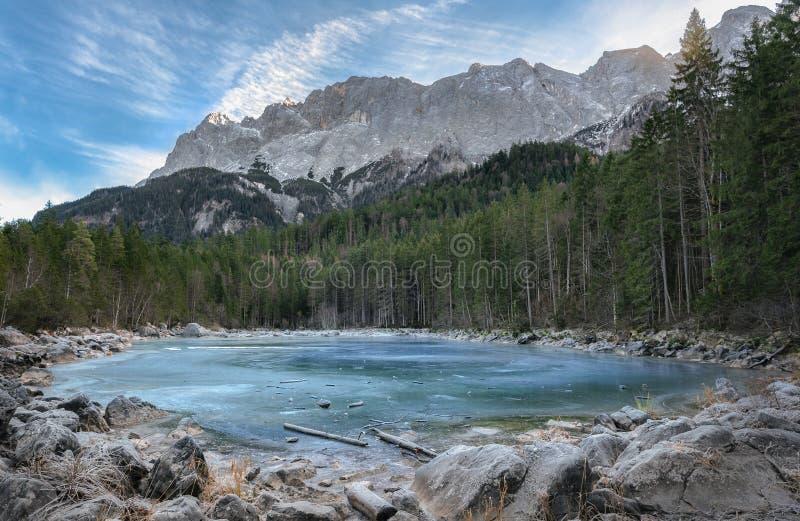 冻高山湖和常青树森林 免版税库存照片