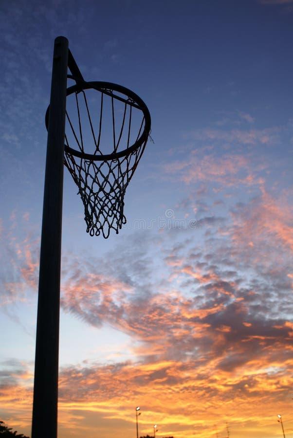 净少女玩的篮球赛日落 库存照片