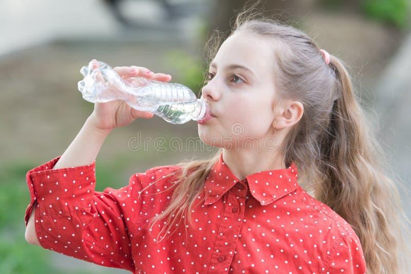 净水是人的存在的一种重要资源 有的女孩水滴  渴儿童喝新鲜 库存照片