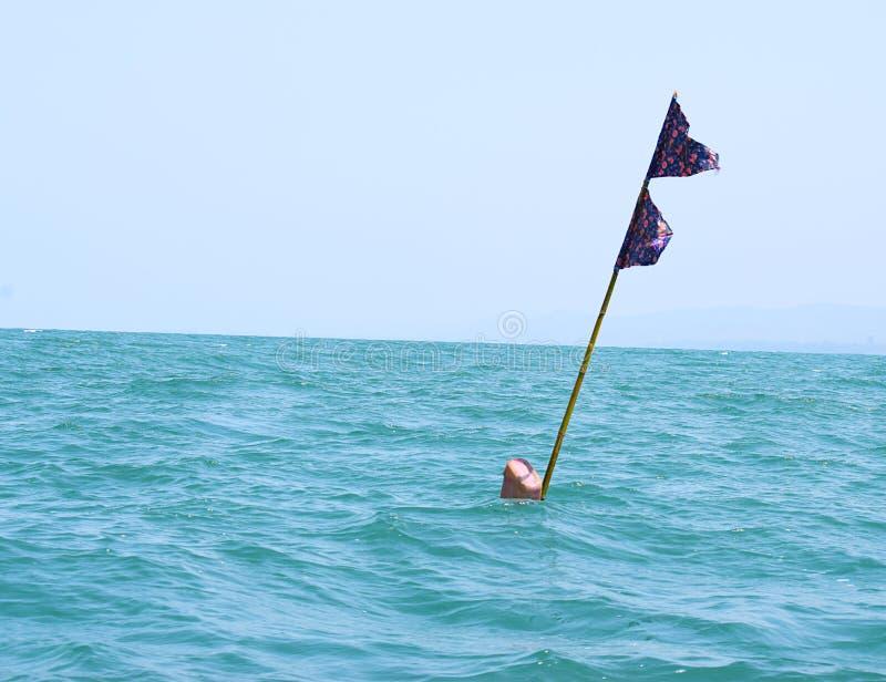 净浮体标志双旗子在海 免版税库存图片