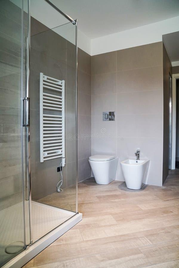 净身盆和wc在卫生间里 库存照片