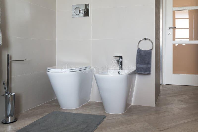 净身盆和wc在卫生间里 库存图片