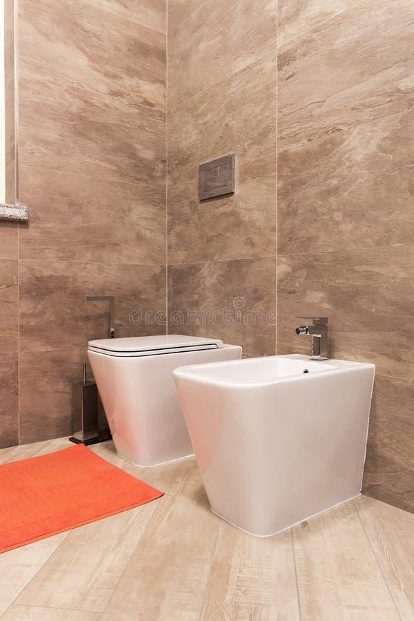 净身盆和wc在卫生间里 免版税图库摄影