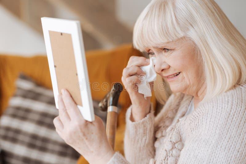凄惨沮丧妇女哭泣 免版税库存照片