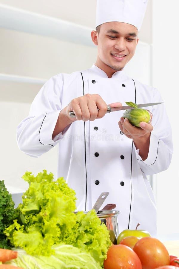 准备一些食物的男性厨师 图库摄影