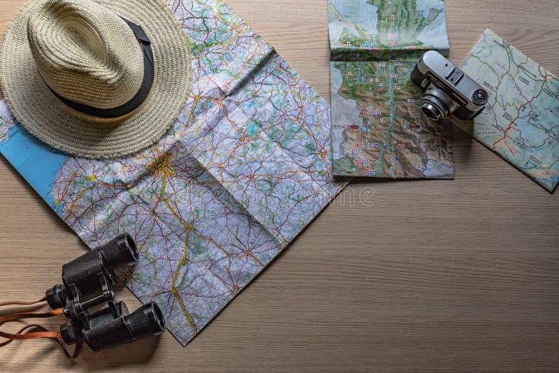 准备与老照相机、双筒望远镜和我喜爱的帽子的下次旅行 免版税库存照片
