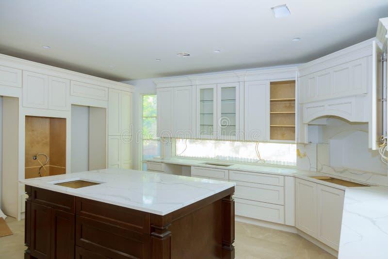 准备住所改善的厨房在现代厨房安装新的风俗 库存照片