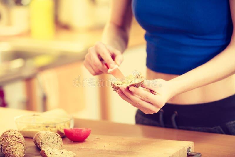 准备健康早餐的妇女做三明治 库存照片